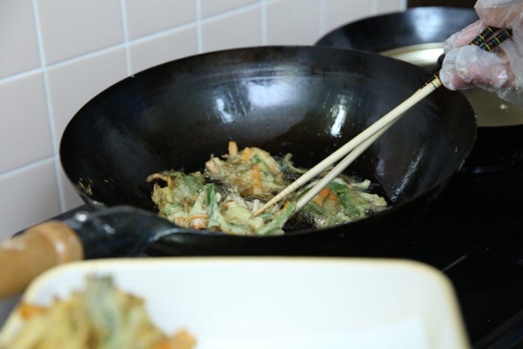 キッチンでは、山口さんにいただいた葉たまねぎや、高澤さんにいただいた玉ねぎ、小女子いりのかき揚げがサクサク進行中