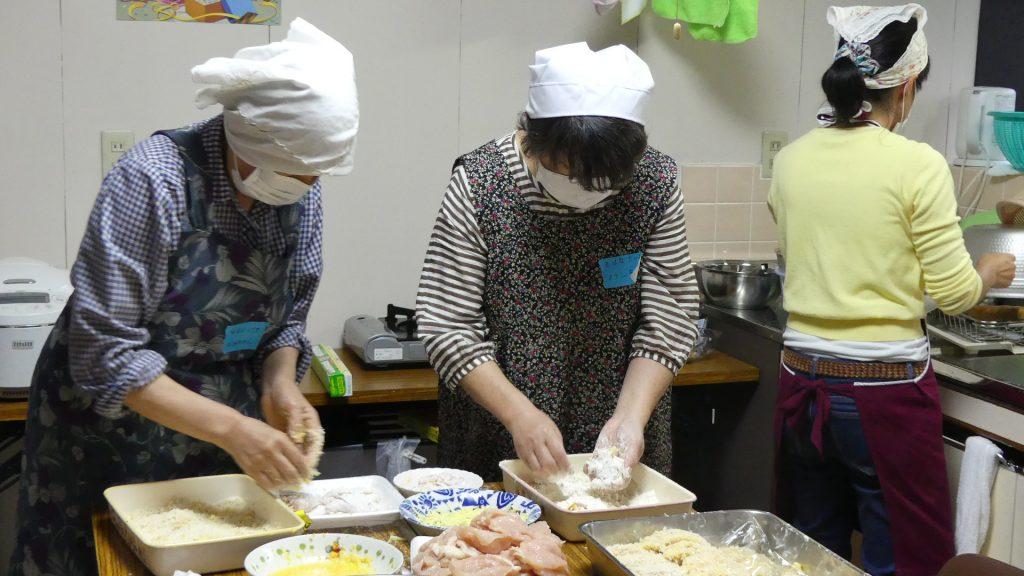 キッチンではボランティアさんがおいしいご飯を準備中
