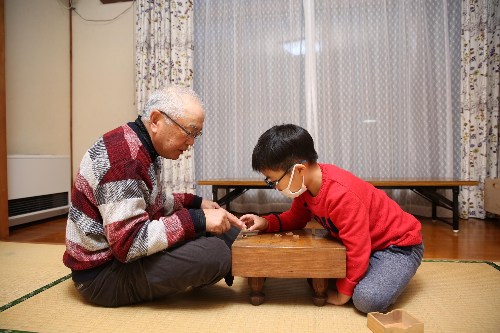 ボランティアさんの育メン爺「IMG」に将棋?を教えてもらっています
