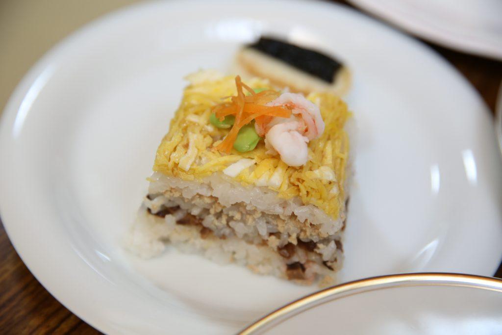 みんなお寿司を崩さず上手に食べています。ボランティアさんの作り方も上手なんですね♪さすがです。