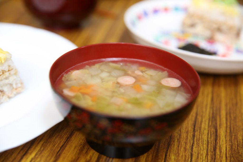 今日は食事の後イベントがあり、ボランティアさんにもご参加いただきたいため、一枚のお皿でご飯を準備。冬野菜いっぱいのおいしいスープと一緒に「どうぞ。」